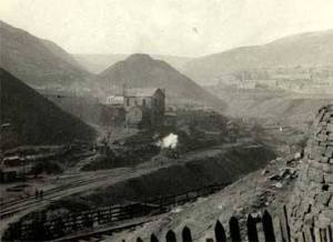 Blaenclydach colliery, Bush Houses behind